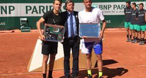 La imagen del domingo: Nicola Kuhn, campeón junior de dobles en Roland Garros junto al húngaro Piros